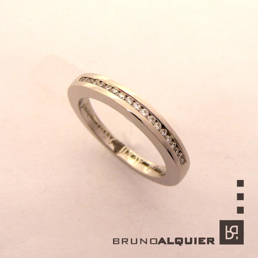 alliance en or blanc et diamants serti rail bruno alquier createur bijoutier lyon. Black Bedroom Furniture Sets. Home Design Ideas