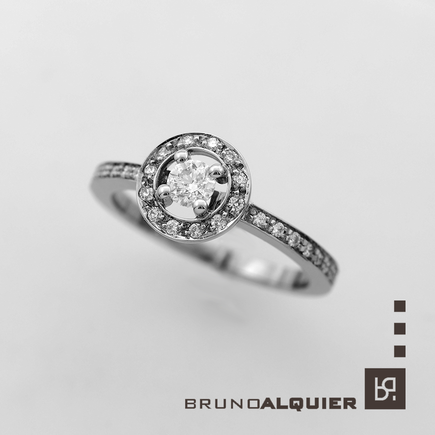 Bruno Alquier - Solitaire mini entourage en or blanc et diamants